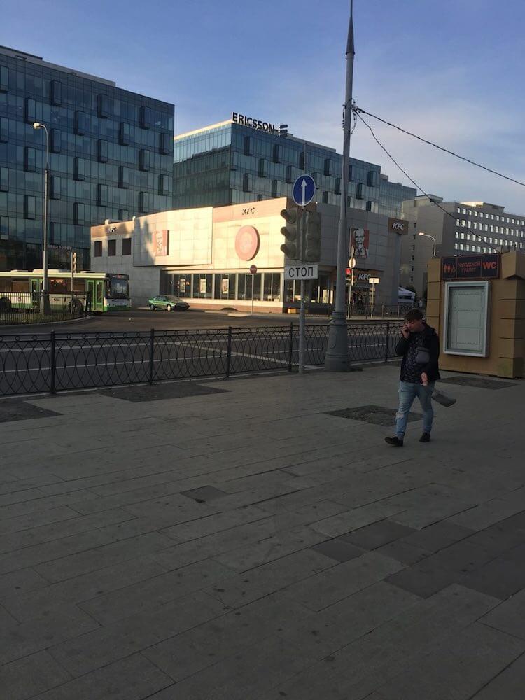 При выходе из метро заметно здание с вывеской KFC - ориентир сервисного центра. Нам необходимо дойти до этого здания. | Сервис-Бит