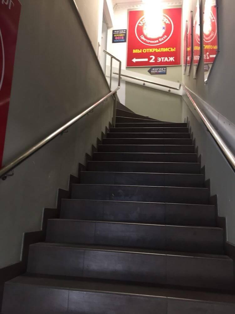 После входа сразу справа увидите лестницу. Поднимаемся на 2 этаж. | Сервис-Бит